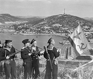 300px-RIAN_archive_834147_Hoisting_the_banner_in_Port-Artur._WWII_(1941-1945).jpg : 73년 전 오늘.JPG
